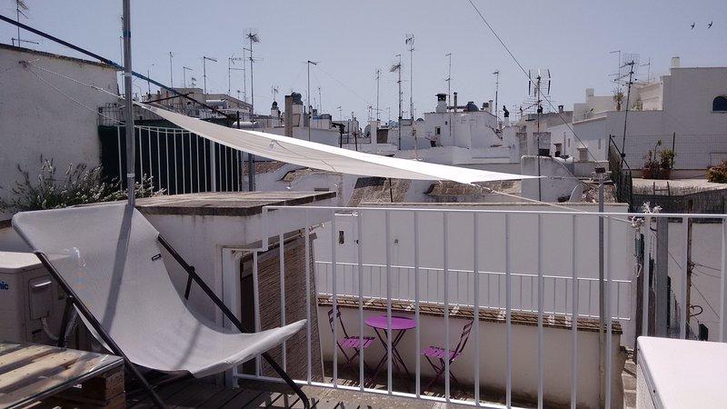 Un la terraza superior hay un solarium para relajarse baños de sol