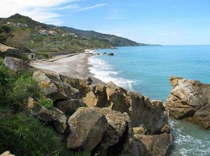 Côte avec une plage de Castel di Tusa