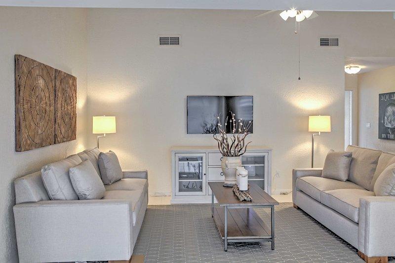 Lehnen Sie sich zurück und entspannen Sie sich in der warmen, einladenden Wohnbereich.