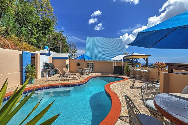 Détendez-vous près de la piscine communautaire étincelante avec une vue imprenable.