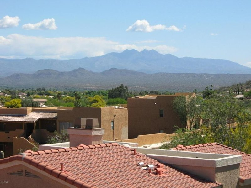 Beautiful Condo with Spectacular Four Peaks Mountain Views.  Great Location!, alquiler de vacaciones en Fountain Hills