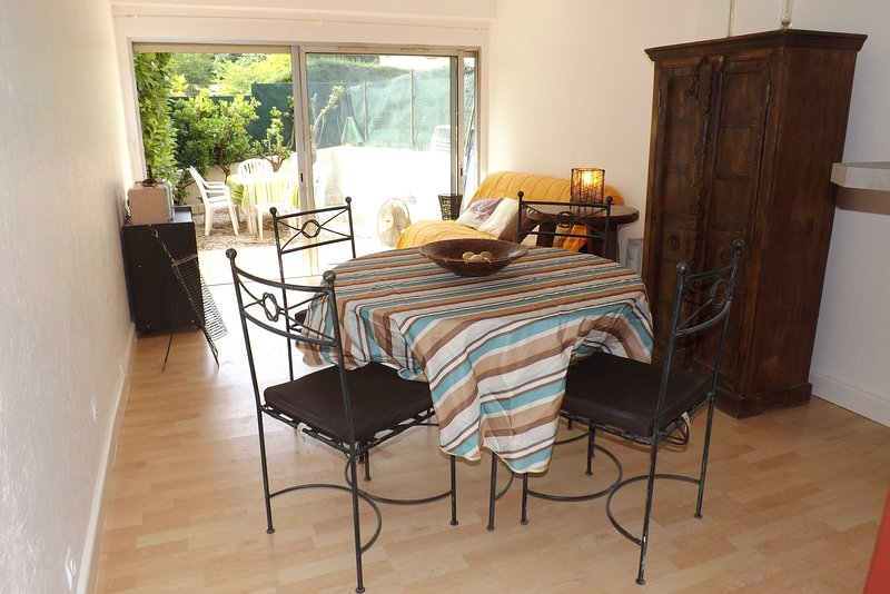LOUE JOLI PETIT APPARTEMENT PROCHE DE LA MER, vacation rental in Villeneuve-Loubet
