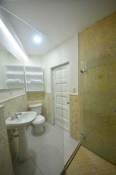 L'une des deux salles de bains moderne avec travertin