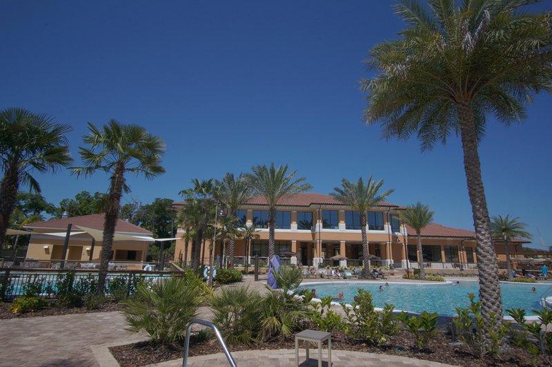 piscina del complejo con toboganes, jacuzzi, bar, restaurante y un montón de sillas!