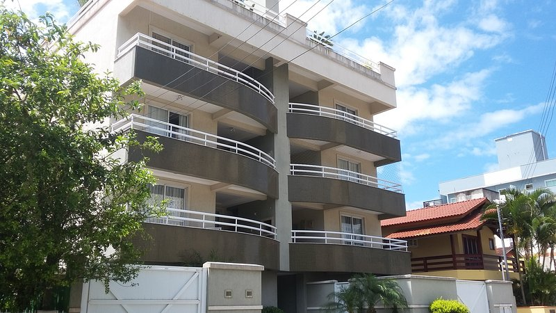 Apto 3 qtos, 2 banheiros, sacada gourmet, ar condicionado, 2 TV, wi-fi, 1 garage, holiday rental in Bombinhas
