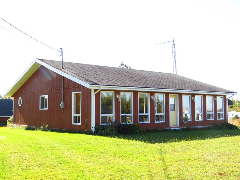 Grandview Cottage,  3 bedrooms, Beach 10 Km from Summerside, holiday rental in Summerside