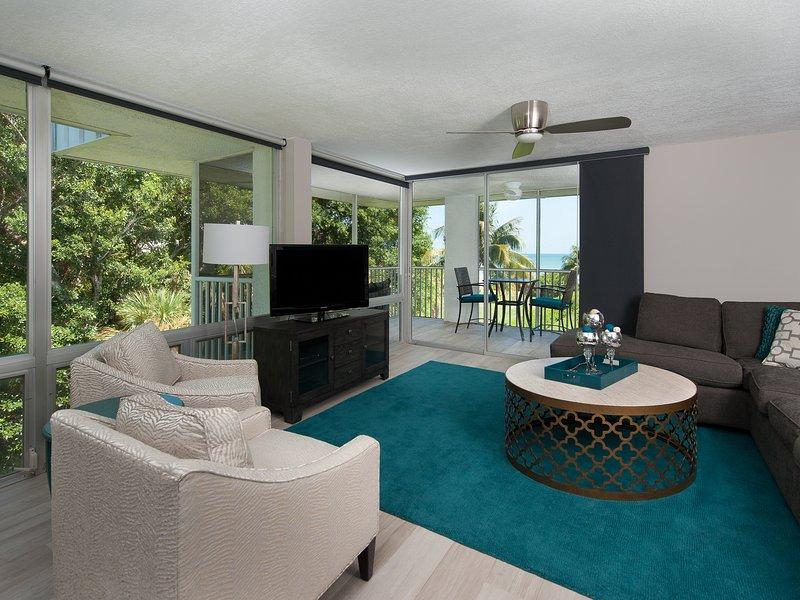Familienzimmer mit vom Boden bis zur Decke Glas und Blick auf den Golf
