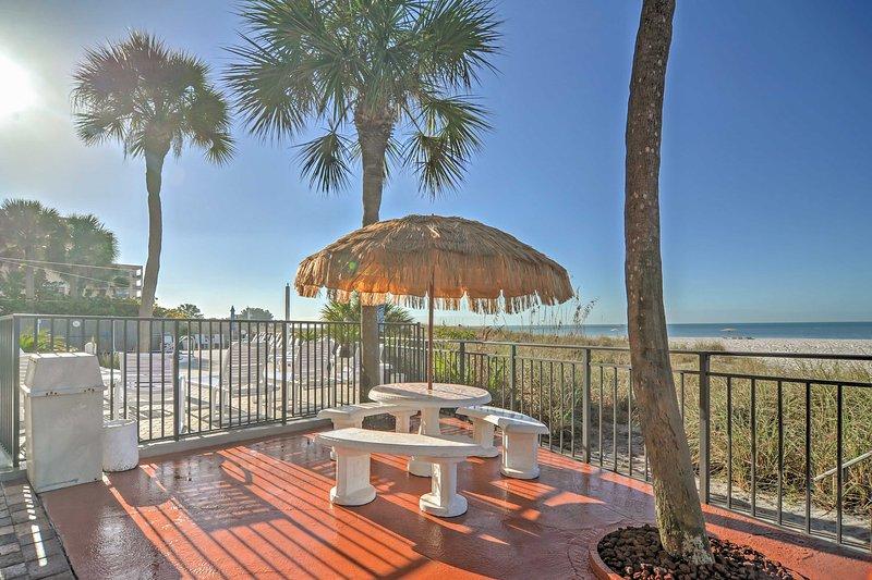 Écoutez le bruit apaisant des vagues écrasantes contre le sable à l'extérieur sur la terrasse communautaire.