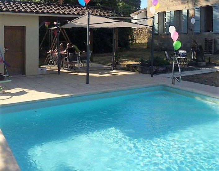 A piscina privada e área de pátio coberto