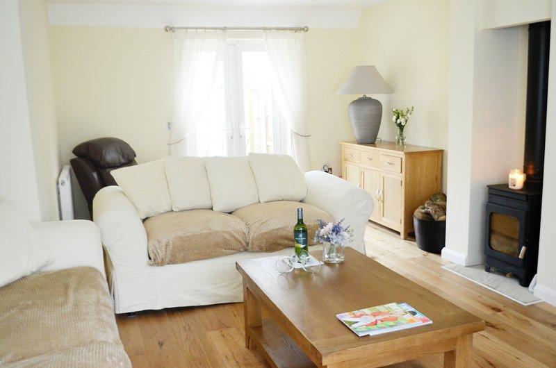 Sala de estar con estufa de leña