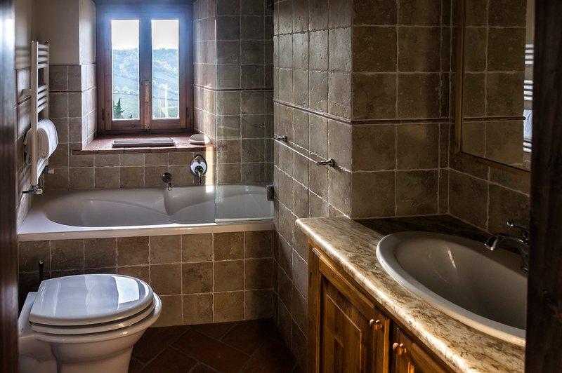 Antica bathroom with tub
