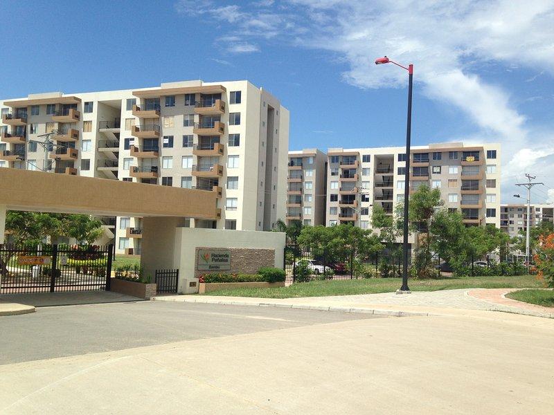 ESPECTACULAR APARTAMENTO HACIENDA PEÑALISA BAMBU, holiday rental in Girardot