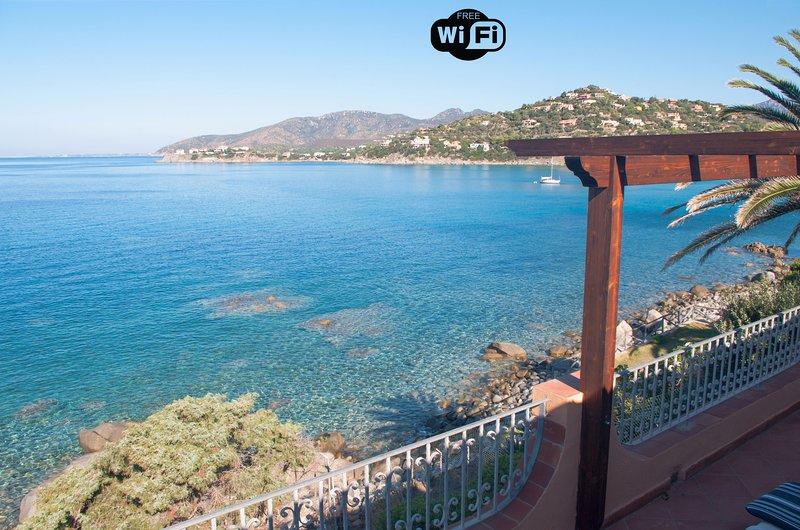 'Villa AngelaD' con vista mare e accesso diretto alla costa - CODICE IUN P0172, holiday rental in Torre delle Stelle