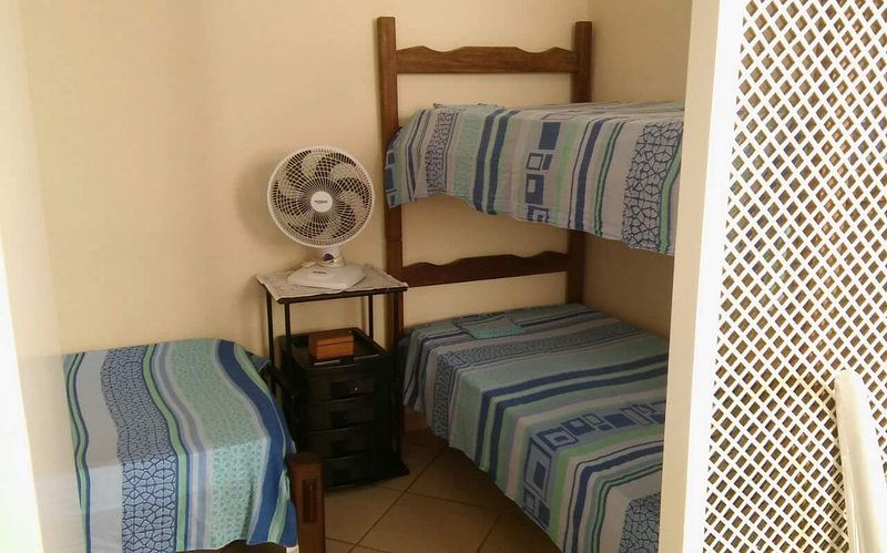 Kitnet 1: 1 cama de solteiro + 1 beliche, 1 guarda roupa de casal, fogão, geladeira, mesa e cadeiras