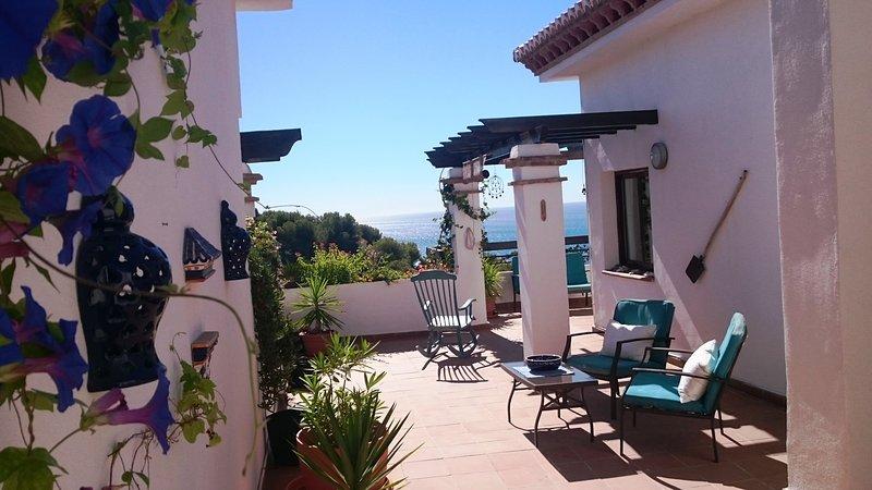 Penthouse with a spectacular terrace and sea views, alquiler de vacaciones en La Herradura