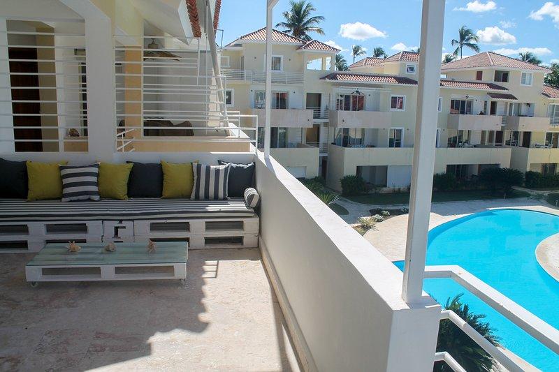 Terraza con vistas al patio privado con piscina común.