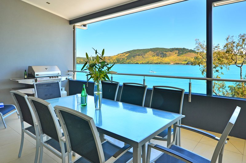 Villa 4 The Edge on Hamilton Island Waterfront High Ceilings Modern Amenities, vacation rental in Hamilton Island