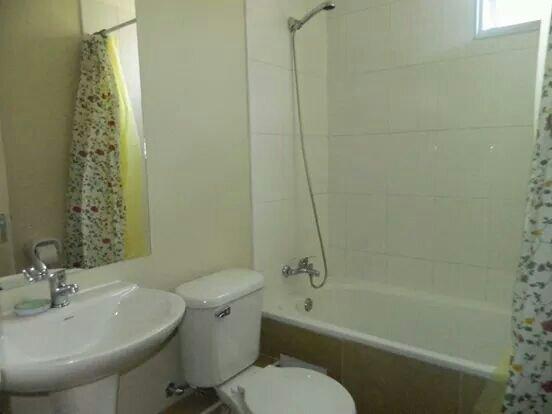 Salle de bains avec grande douche, la pression de l'eau parfaite et ventilation externe.