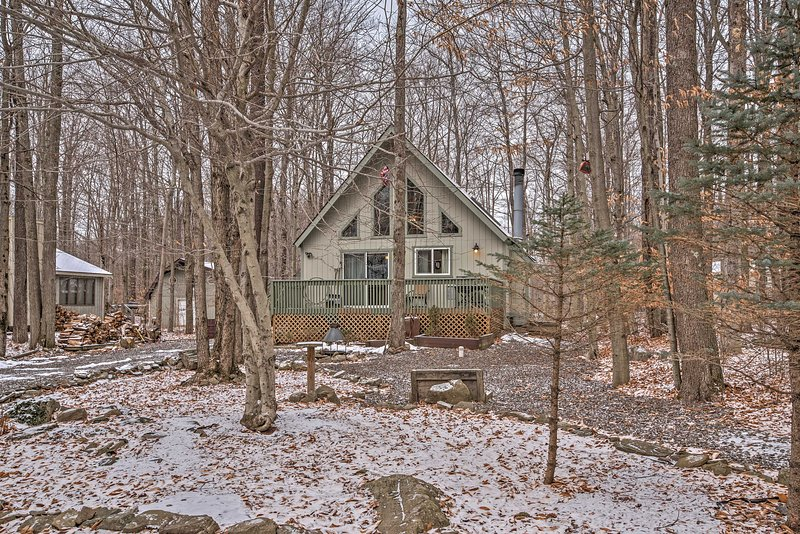 Retreat to this 2-bedroom Pocono Lake chalet for a memorable getaway.