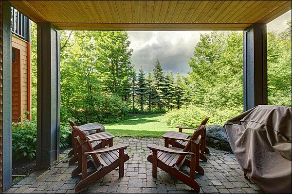 Gran patio con barbacoa y muebles