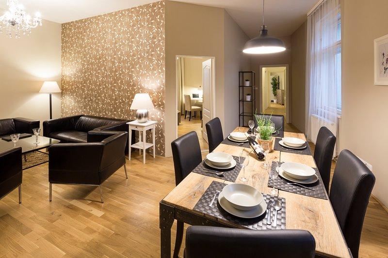 Wohnzimmer mit großem Esstisch