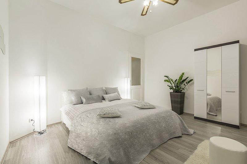 Schöne Schlafzimmer mit Doppelbett und Kleiderschrank