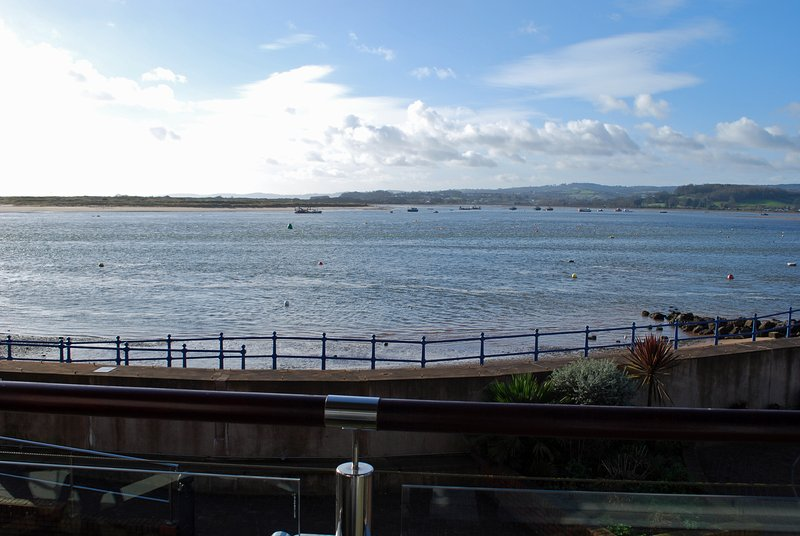 Stunning studio apartment with wonderful sea and estuary views