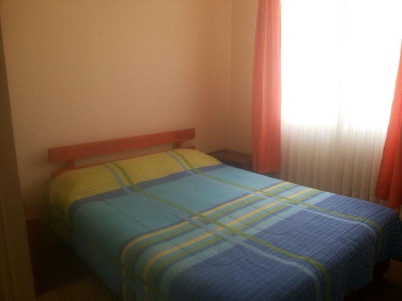 chambre double avec salle de bains privative, de moquette et d'un grand placard.