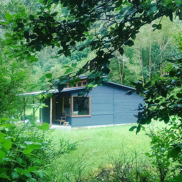In einem exklusiven Cabaña La Sierra, von Wald und einem schönen kleinen Bach umgeben.