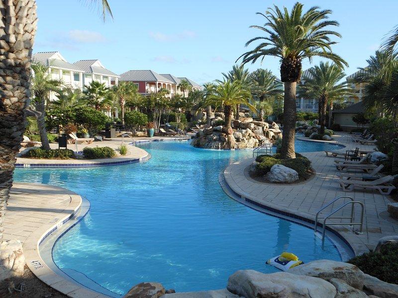 Nuestra piscina de estilo complejo es uno de los mejores piscinas en Destin.