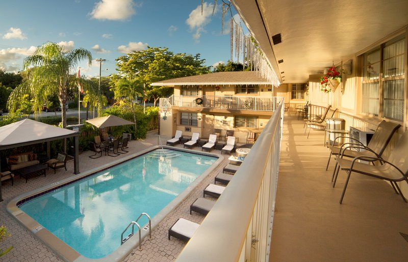 Jun 2 BR CONDO-SUITE, POOL, BBQ, *SPECIAL* ^4, holiday rental in Hollywood