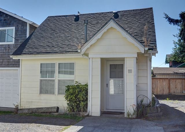 Cozy pet friendly cottage w/ easy beach access perfect for a couples retreat!, holiday rental in Seaside