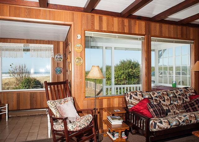 The ideal rustic oceanfront beach house in Rockaway with direct beach access!, location de vacances à Rockaway Beach