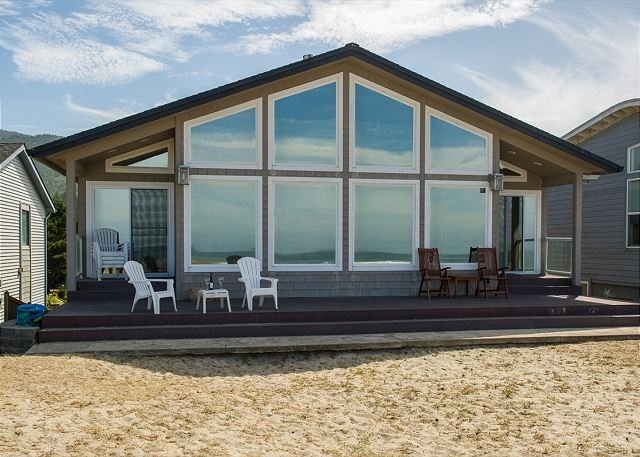 A true gem right on the sand with oceanfront views of Rockaway Beach, Oregon!, location de vacances à Rockaway Beach