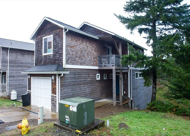 Secluded home in Oceanside with beautiful interiors 5 blocks from the beach!, holiday rental in Cape Meares