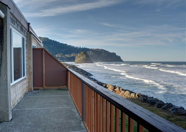 Experience Pacific sands from condo 21, w/ oceanfront views in Neskowin!, alquiler de vacaciones en Neskowin