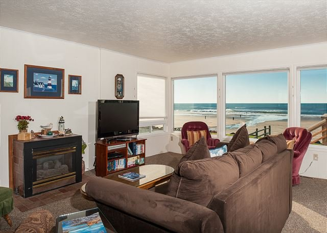 A 3 bedroom oceanfront home with sweeping views in Lincoln City's Roads End!, location de vacances à Lincoln City