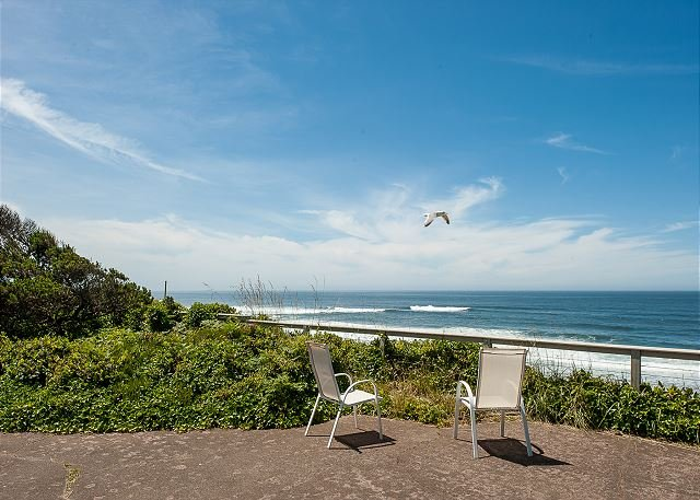 Enjoy endless views of the Pacific from this ocean front pet friendly home!, location de vacances à Lincoln City