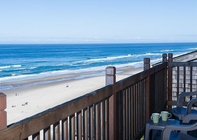 Perched 'Above It All' enjoy the spectacular views while soaking a hot tub!, location de vacances à Lincoln City