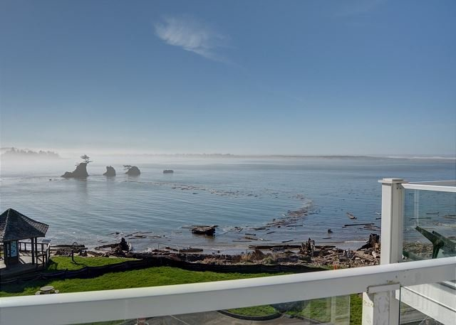 Experience this top floor condo located right on Siletz Bay in Lincoln City!, alquiler vacacional en Lincoln City