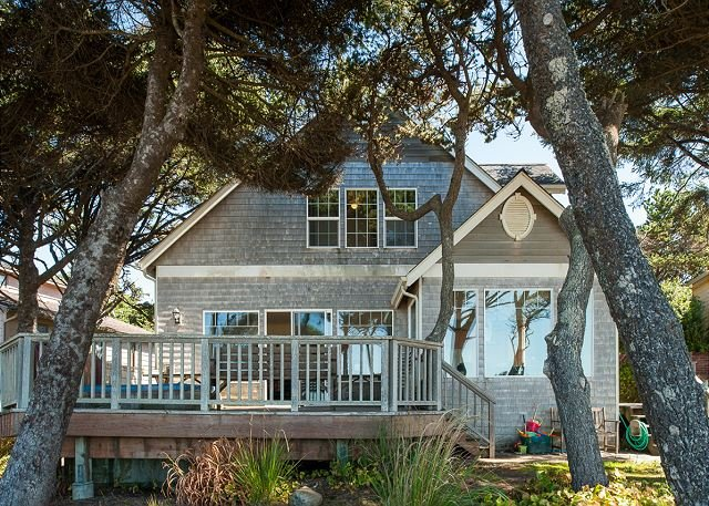 Beautiful oceanfront home in Depoe Bay w/ hot tub & direct beach access!, location de vacances à Depoe Bay