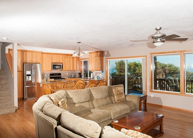 Beautiful Depoe Bay house with pool table & plenty of room for all to enjoy!, alquiler vacacional en Depoe Bay