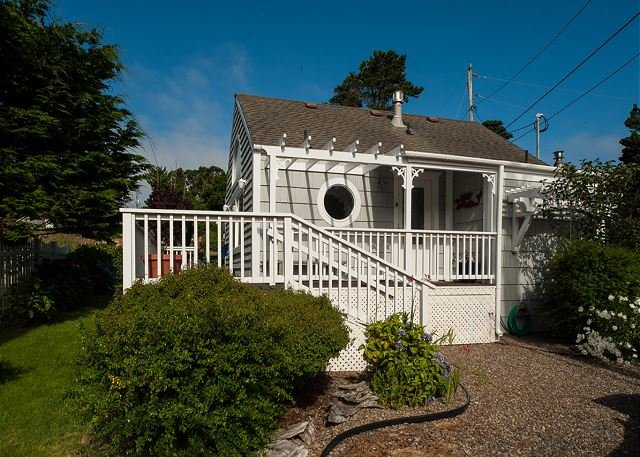 Cute & cozy honeymoon cottage perfect for two guests in Depoe Bay, Oregon!, holiday rental in Otter Rock