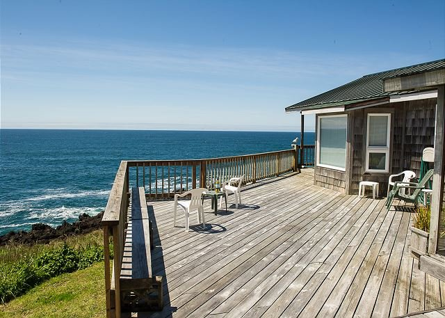 Sweeping views from this oceanfront pet friendly home in Depoe Bay!, holiday rental in Otter Rock