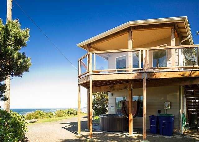 Stunning views and sunsets from this beach house located in Beverly Beach, holiday rental in Otter Rock