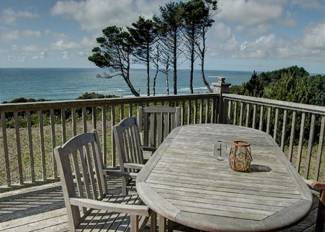 Beautiful home and stunning views in near Beverly Beach for 12 guests!, holiday rental in Otter Rock