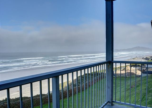 The perfect oceanfront condo for two in the heart of Newport's Nye District!, holiday rental in Newport