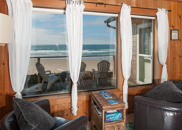 Beach cabin with attitude! It's rare to find an oceanfront home in Newport, alquiler vacacional en Newport