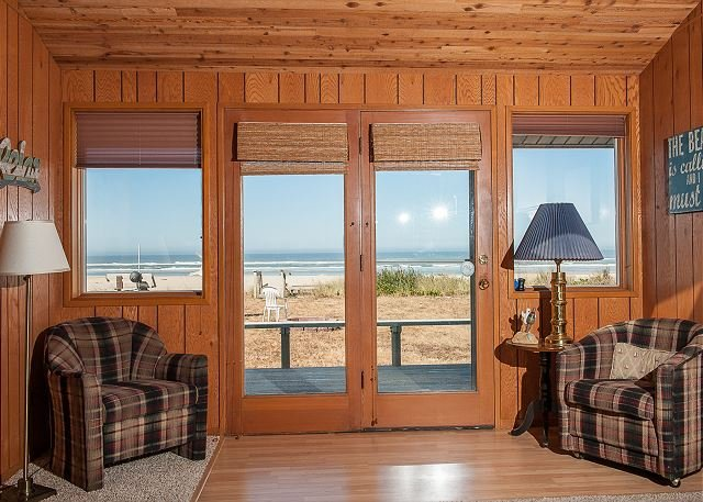 Beautiful pet friendly oceanfront home with private beach access in Waldport!, holiday rental in Waldport