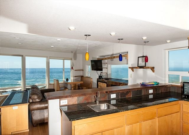 Amazing views from every room in this oceanfront pet friendly Yachats home!, location de vacances à Yachats